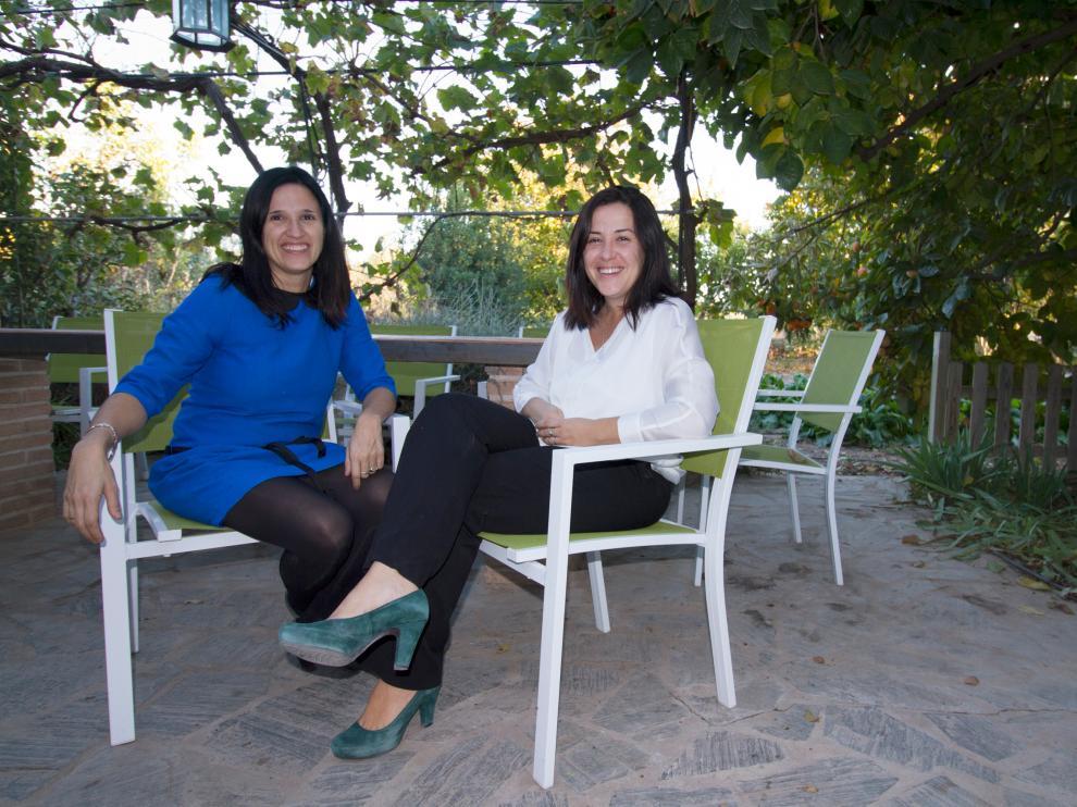 Eva (a la izquierda) y Marta Aínsa son las hermanas que han heredado el negocio familiar de casas rurales en Codo.