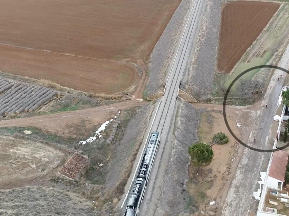 Fotograma del vídeo en el que unos ciclistas –en el círculo– rebasan al tren entre Calamocha y Navarrete.