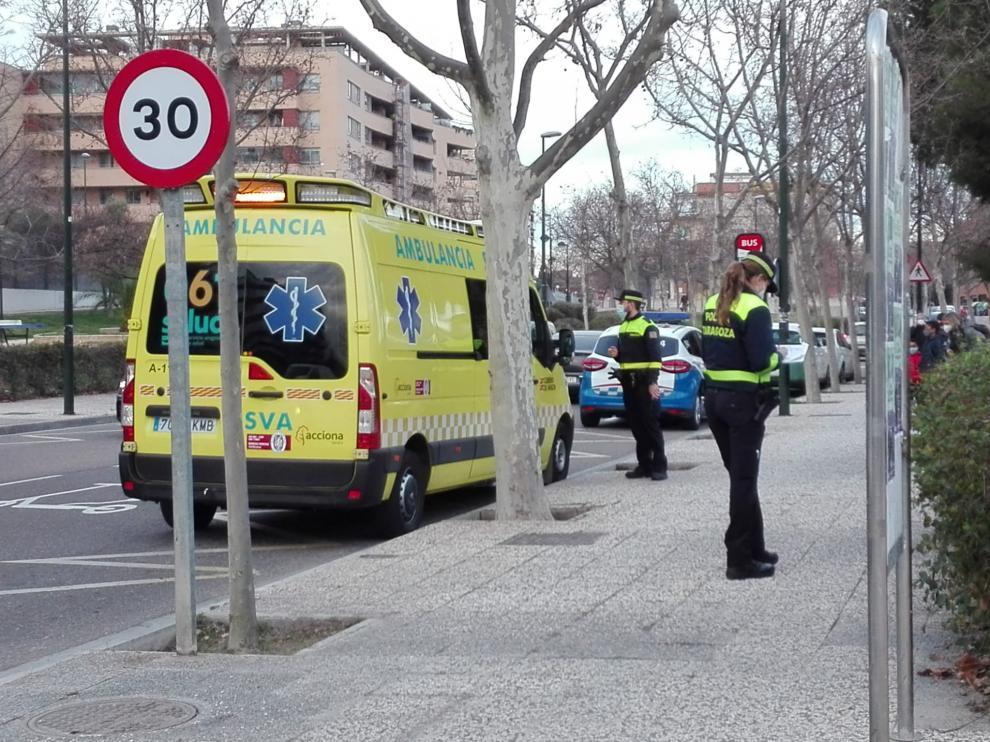 Una ambulancia asistió al herido en el lugar del accidente