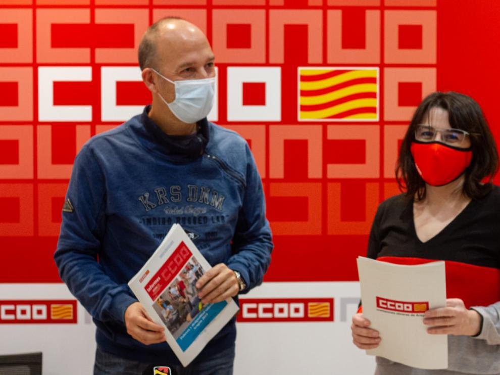 Carmelo Asensio y Sonia García presentando el informe de Comisiones Obreras