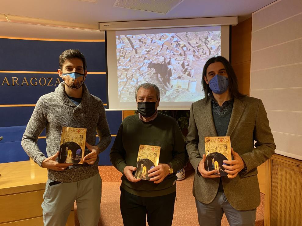 El diputado José Carlos Tirado, con el alcalde de Mesones de Isuela, José Antonio Gómez, y el autor, Eloy Morera