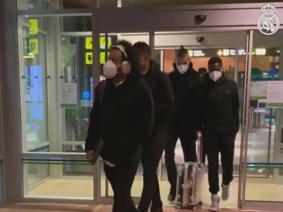 La plantilla del Real Madrid, saliendo de la terminal del aeropuerto Huesca-Pirineos.
