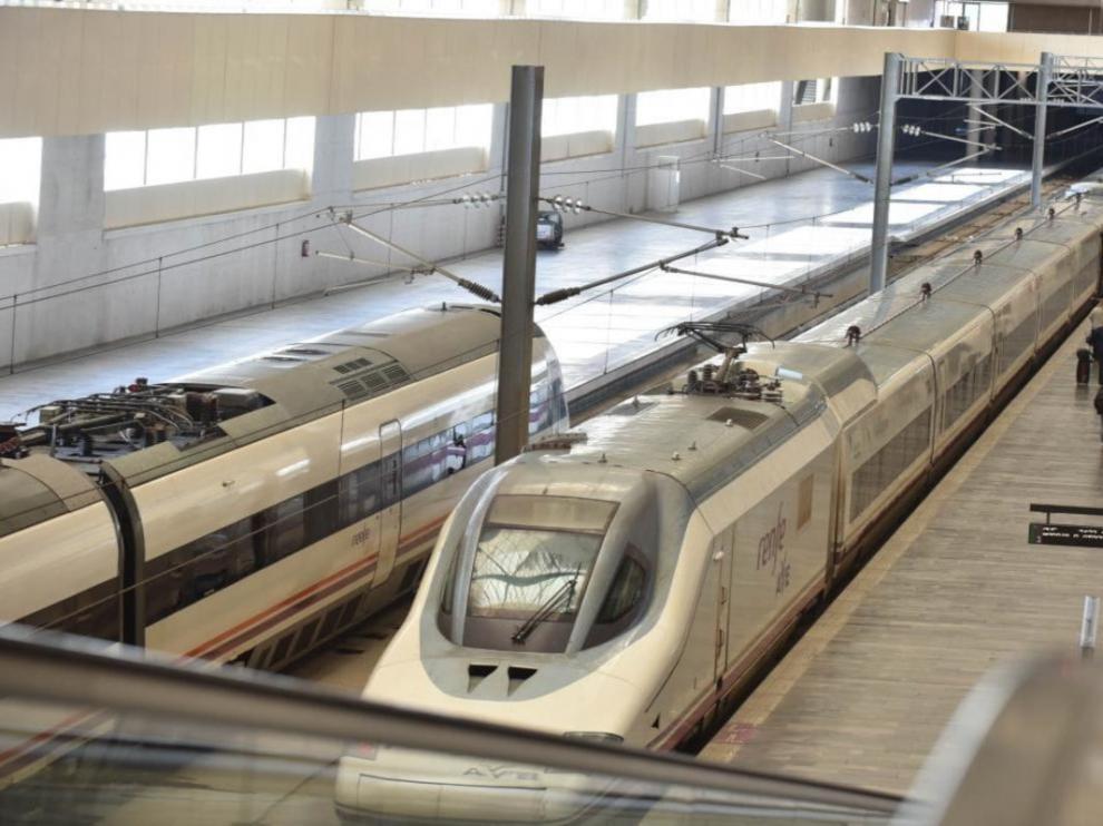 Salida del AVE a Madrid en la estación de Delicias de Zaragoza.