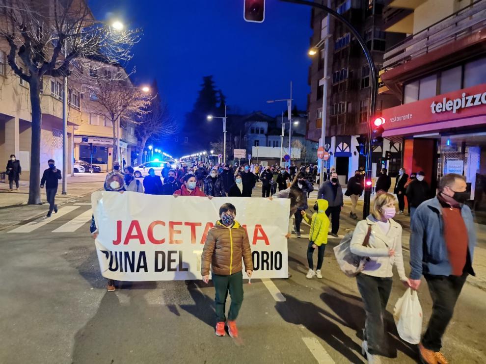 """Centenares de personas han protestado en Jaca, Biescas, Aínsa y Castejón de Sos contra las """"abusivas medidas"""" de la DGA."""