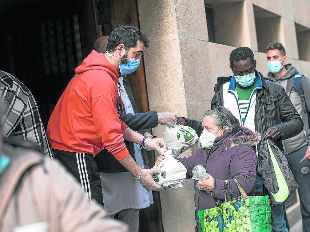 Este fin de semana, la parroquia del Carmen continuó repartiendo comida para los necesitados