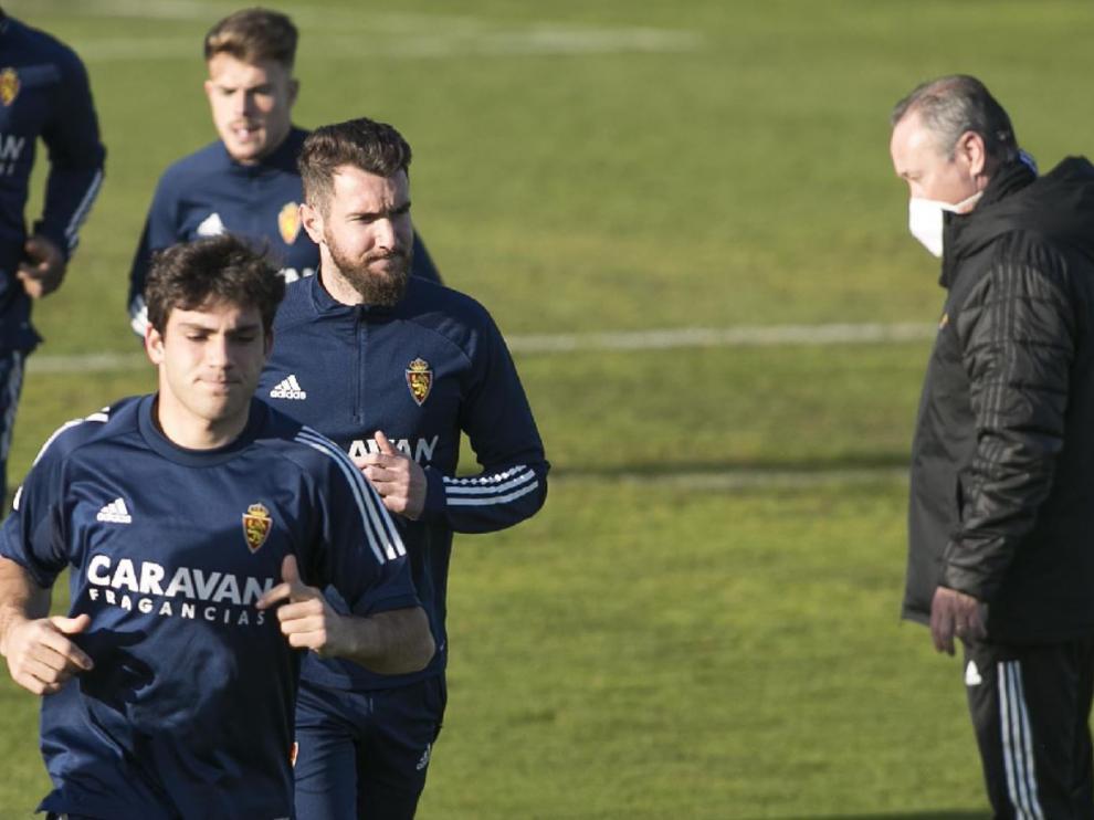 Juan Ignacio Martínez observa el paso de Iván Azón, Peybernes y Chavarría en el entrenamiento previo al viaje a Málaga.