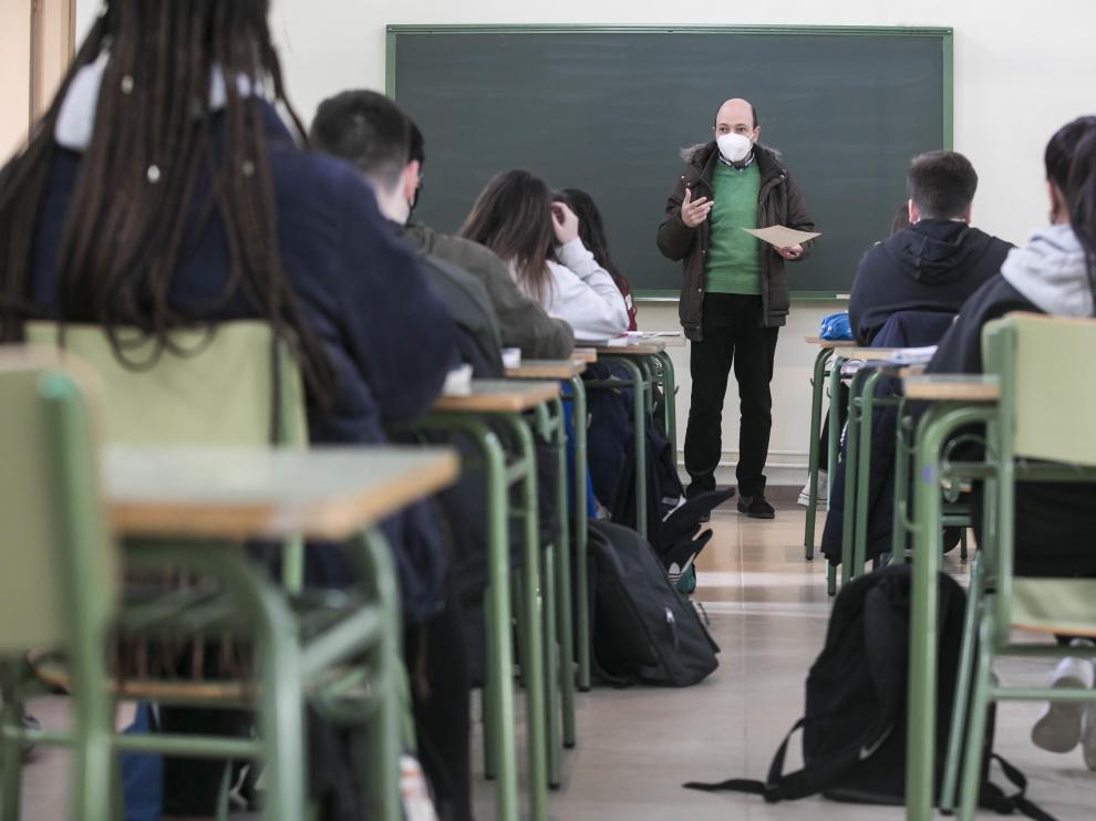 Estudiantes del instituto Goya de Zaragoza atienden al profesor al inicio de una clase, ayer.