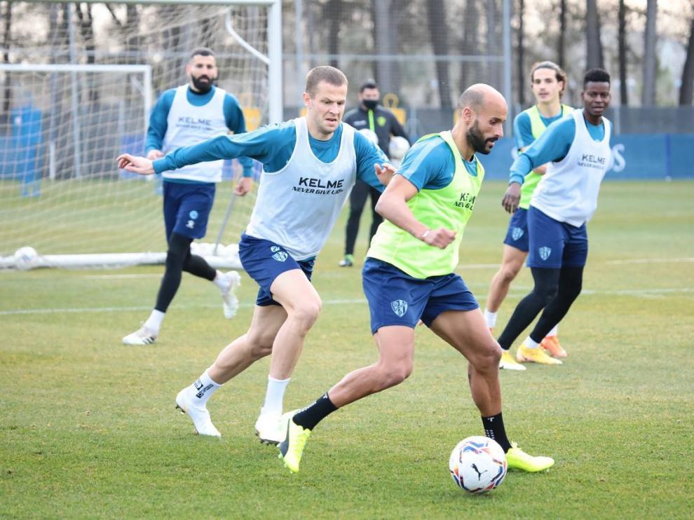 Vavro persigue a Mikel Rico, durante el entrenamiento del viernes de la SD Huesca.