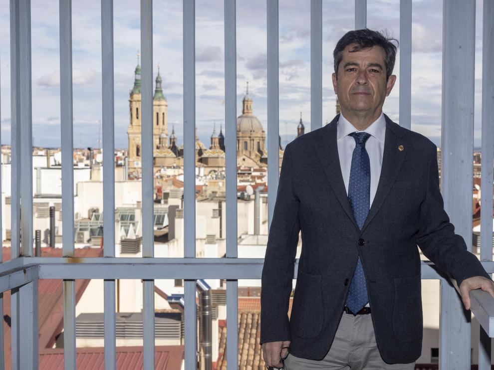 El decano Salvador Galve, en la sede del Colegio de Ingenieros Industriales de Aragón-La Rioja.