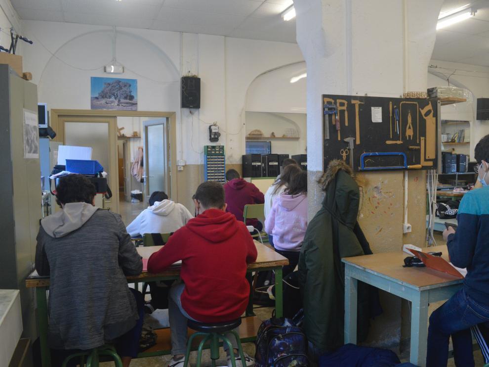 La amypa del IES Ramón y Cajal de Huesca se queja de la falta de espacio en muchas aulas y en el propio centro.