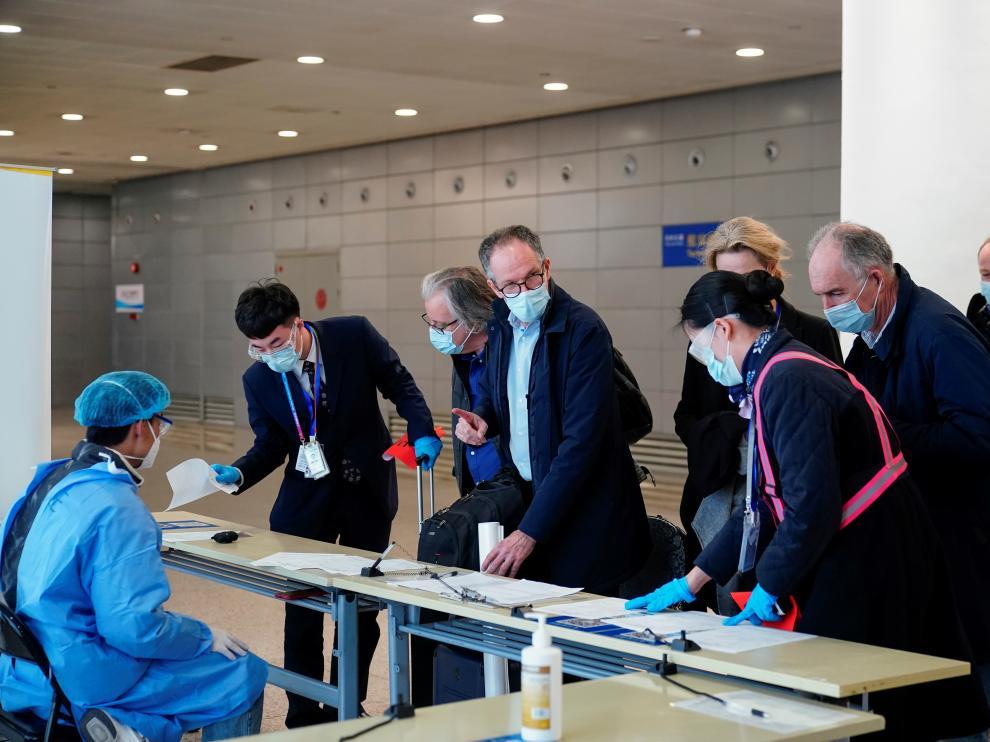Algunos miembros de la delegación de la OMS en el Aeropuerto de Shanghai