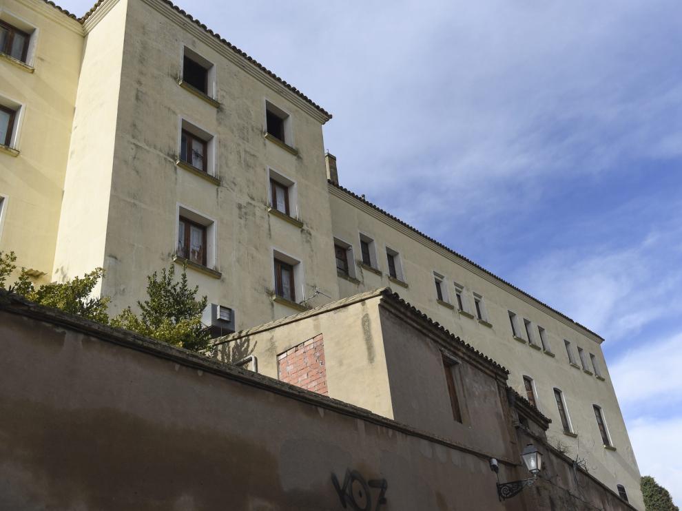 Fachada hacia la calle Desengaño de unos de los edificios modernos del Seminario de Huesca.