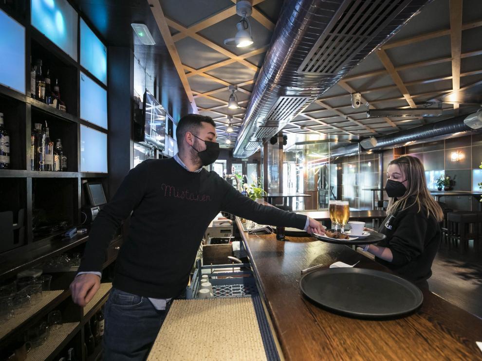 Adrián García y Sara Aznar, en la discoteca DaLuxe, reconvertida en cafetería por la covid