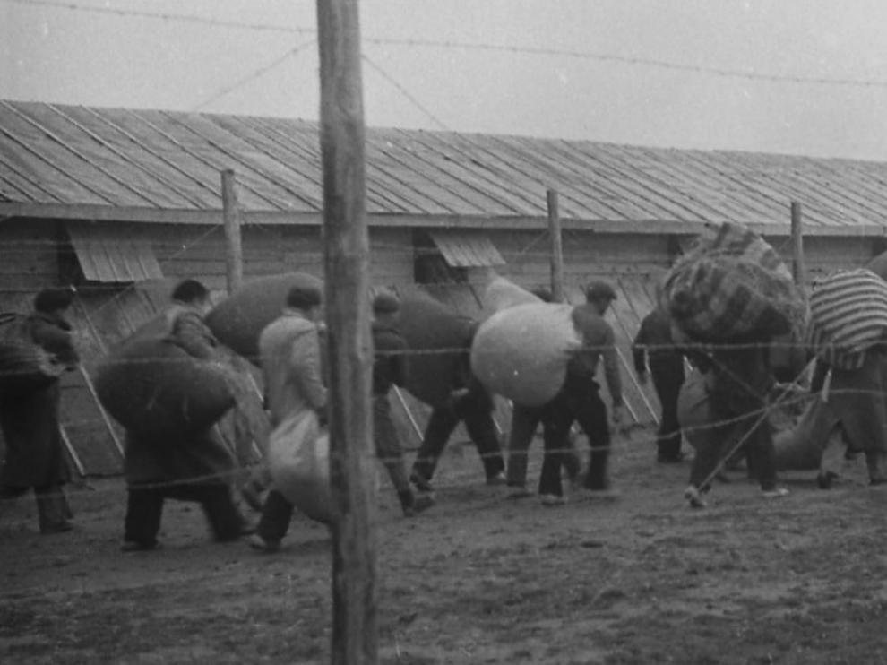 Refugiados españoles en el campo de Bram (Francia).