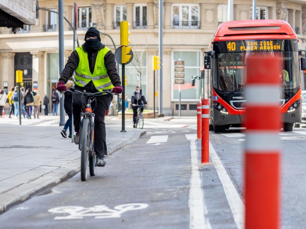 Una veintena de pivotes sustituyen a las 'cucarachas' del carril bici de Constitución