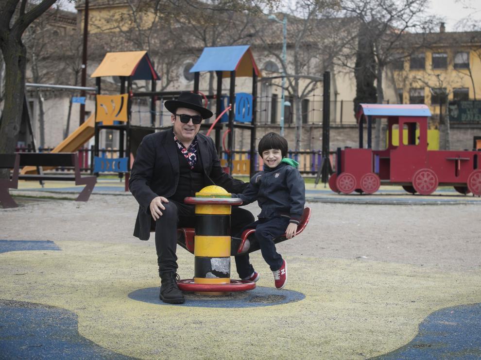 Cuti Vericad y Theo juegan sonrientes en el parque San Pablo río Ebro de Zaragoza el pasado viernes.