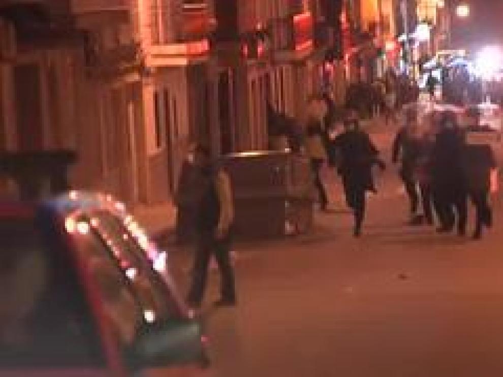 La localidad de Linares, en Jaén, ha vivido una noche de violencia y disturbios debido a las protestas ocasionadas por la agresión de dos agentes de la Policía Nacional que estaban fuera de servicio a un hombre y a su hija de 14 años en la terraza de un bar. Una noche de tensión que se ha saldado con al menos 13 detenidos, dos de ellos menores de edad, y un total de 19 policías heridos.