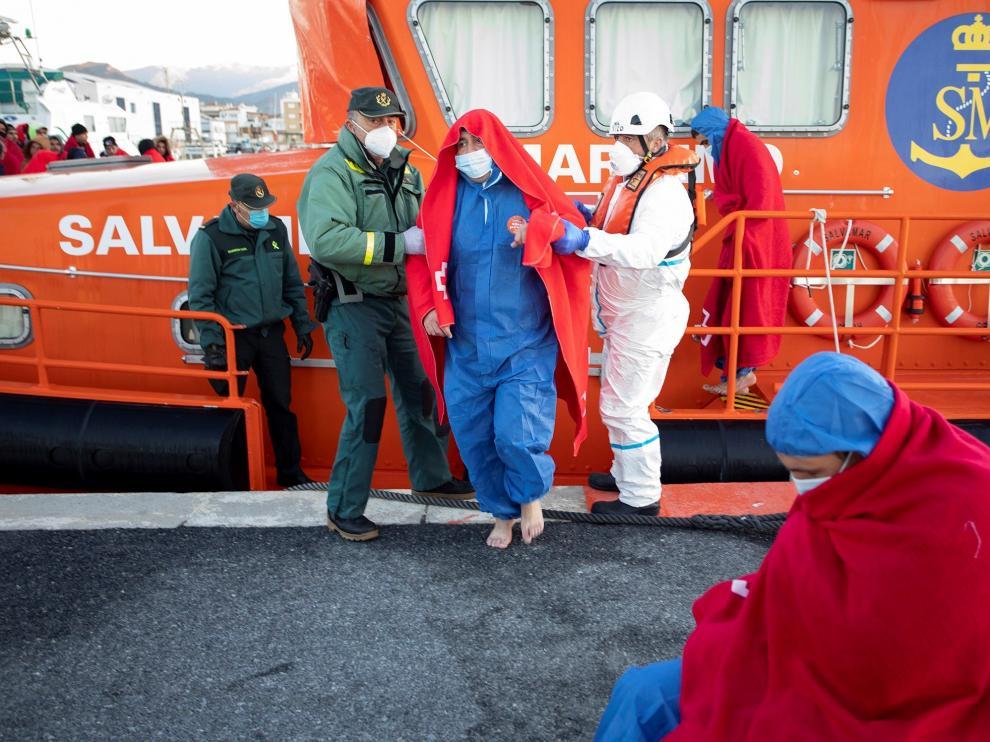 Rescatan en Granada a 46 migrantes de dos pateras con dos desaparecidos