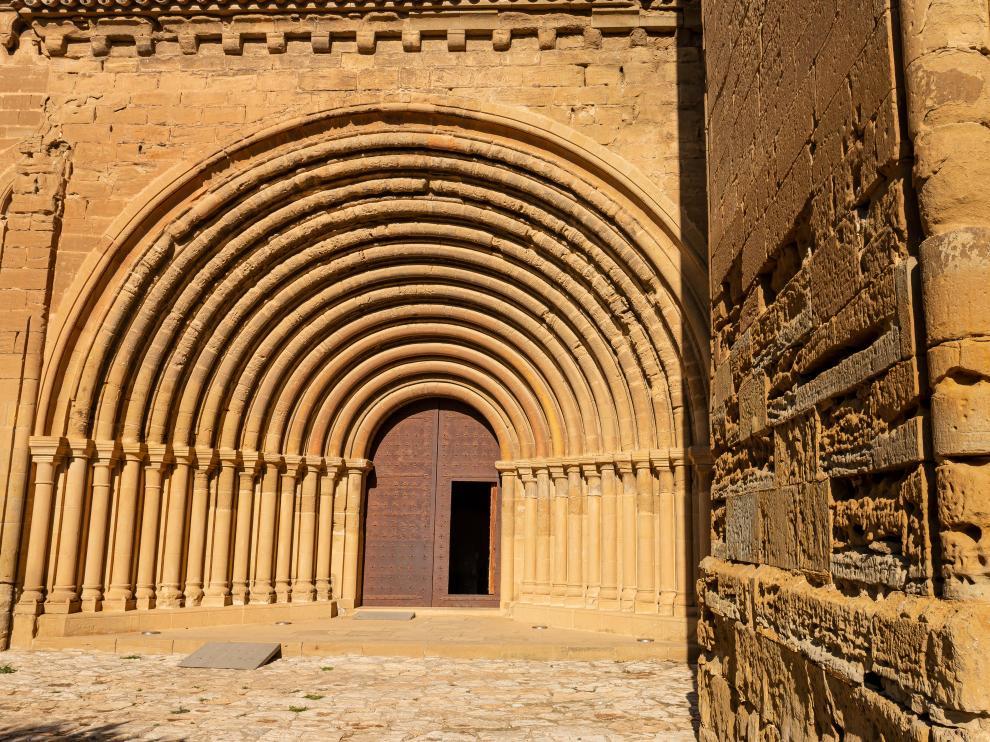 Portada de la iglesia de monasterio de Santa María de Sijena, un entorno que respira geología