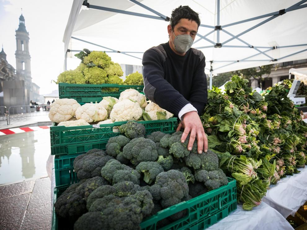 Manuel Morón, agricultor de Pina de Ebro que vende los sábados brócoli y otras verduras en el mercado agroecológico de Zaragoza.