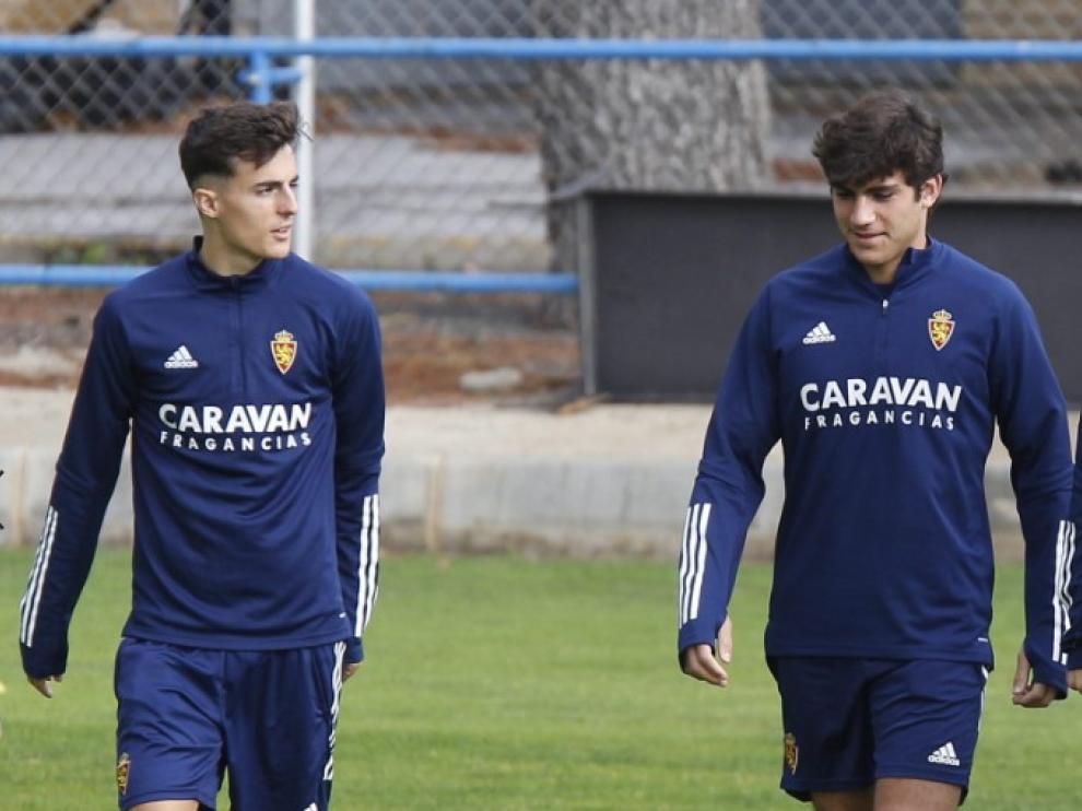 Alejandro Francés junto a Iván Azón en un entrenamiento del Real Zaragoza.