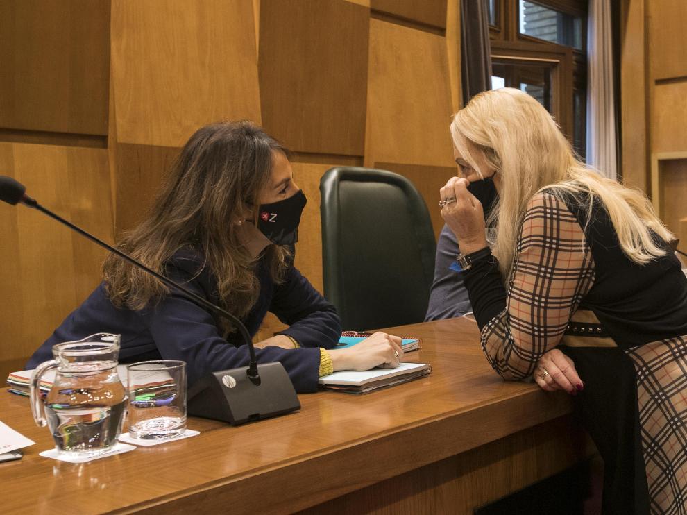 La concejal de Hacienda, María Navarro, y la socialista Ros Cihuelo al inicio de la comisión de este martes.