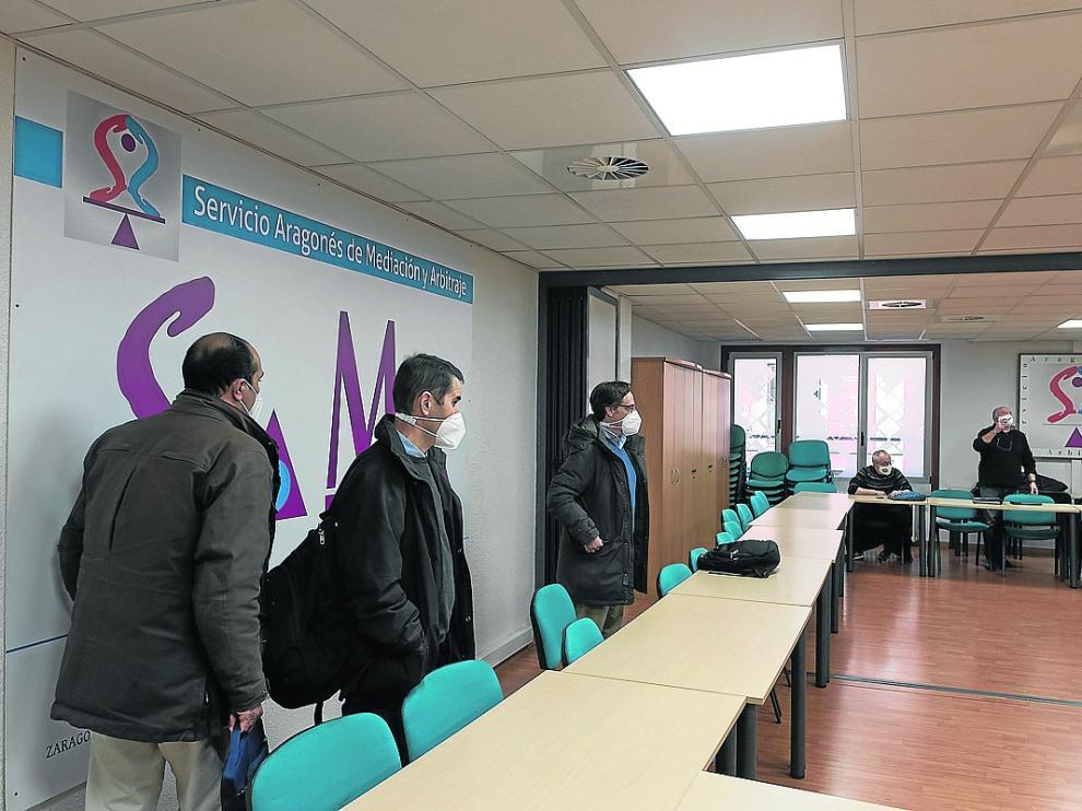 Representantes de Avanza y del comité de empresa, al comienzo de la reunión de ayer.