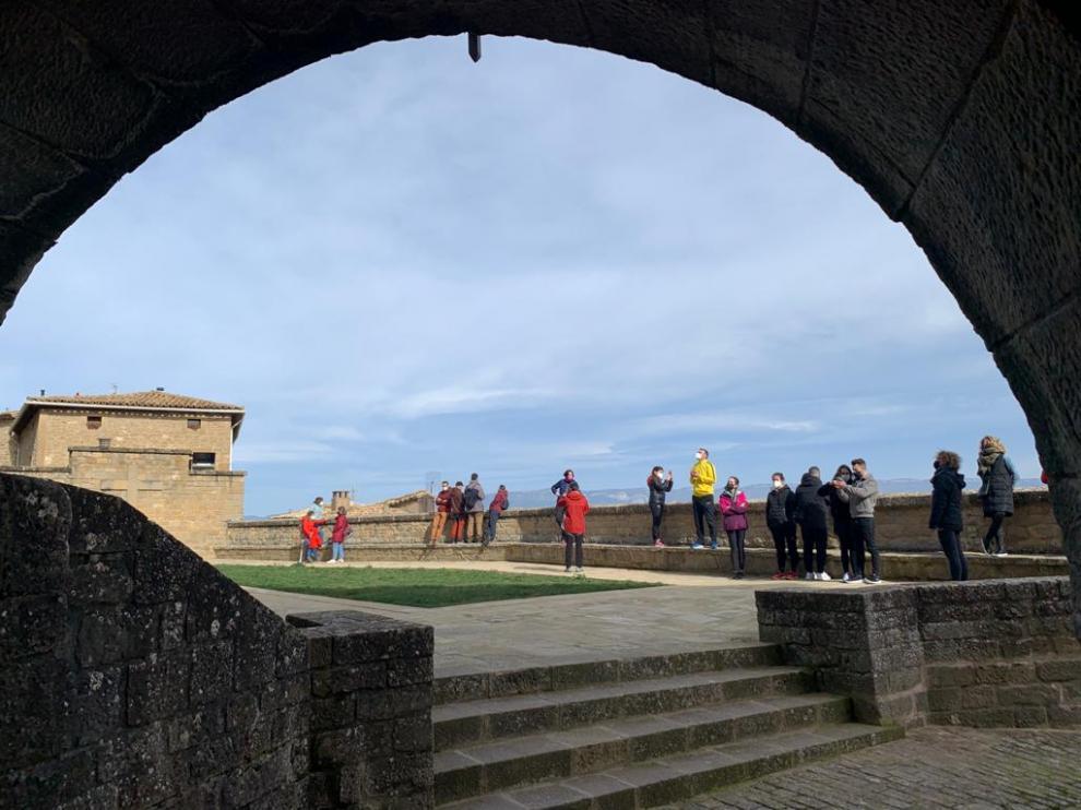 Muchos zaragozanos han salido del confinamiento de la ciudad este sábado y se han dirigido a Sos del Rey Católico de excursión.