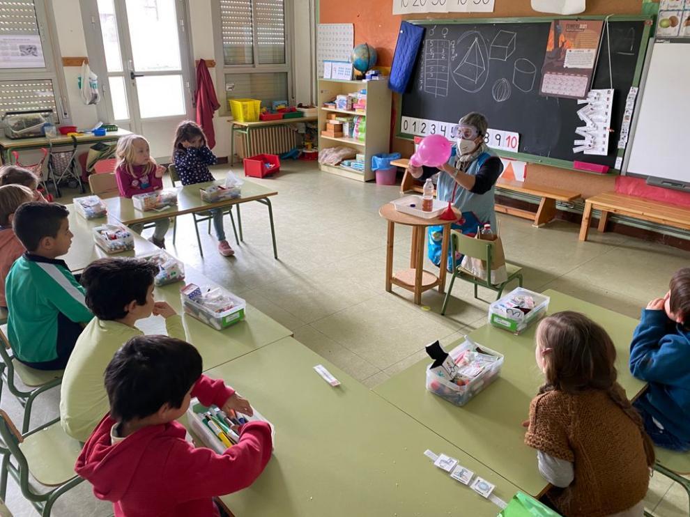 Los pequeños de infantil realizaron varios experimentos en el aula