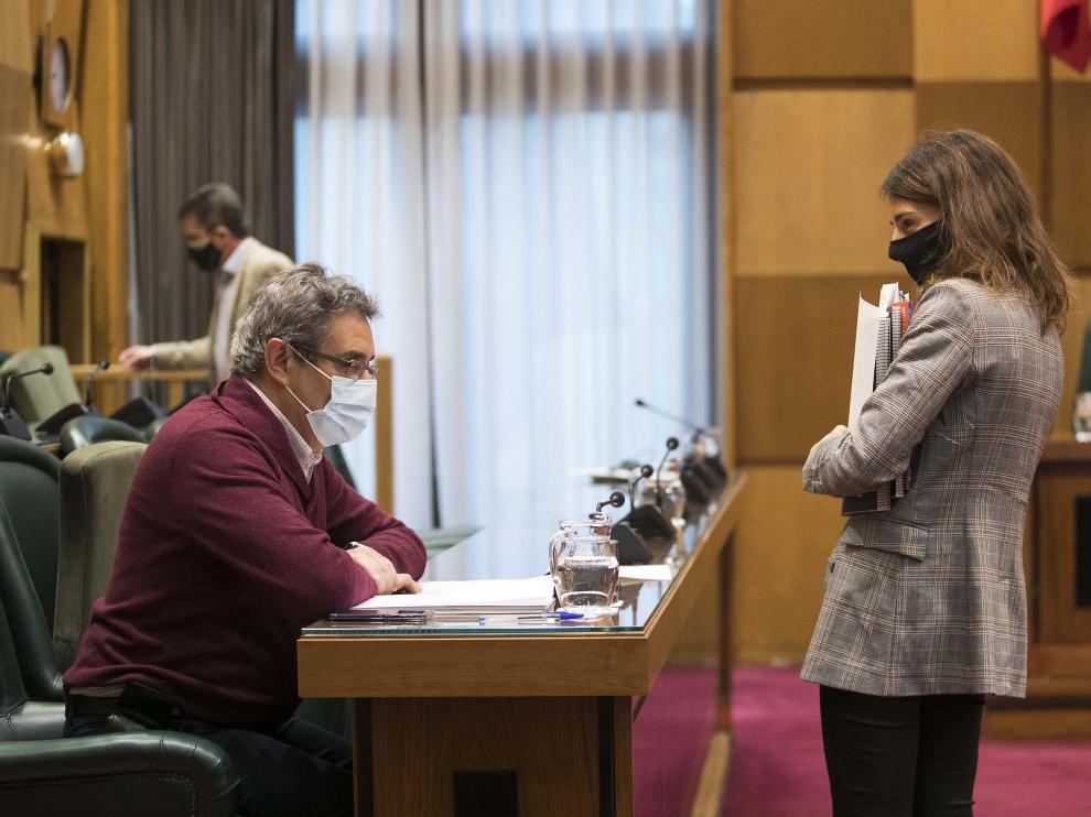 El portavoz de Vox, Julio Calvo, y la concejal de Hacienda, María Navaro.