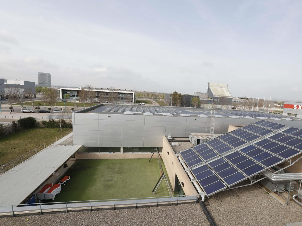 Placas solares sobre la cubierta del Pabellón Siglo XXI de Zaragoza en el proyecto de barrio solar del Actur.