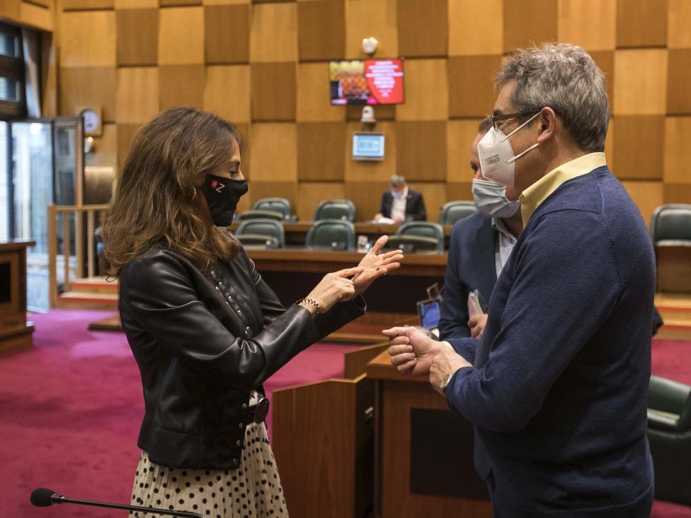María Navarro conversa con Julio Calvo, este martes en la comisión de Hacienda.