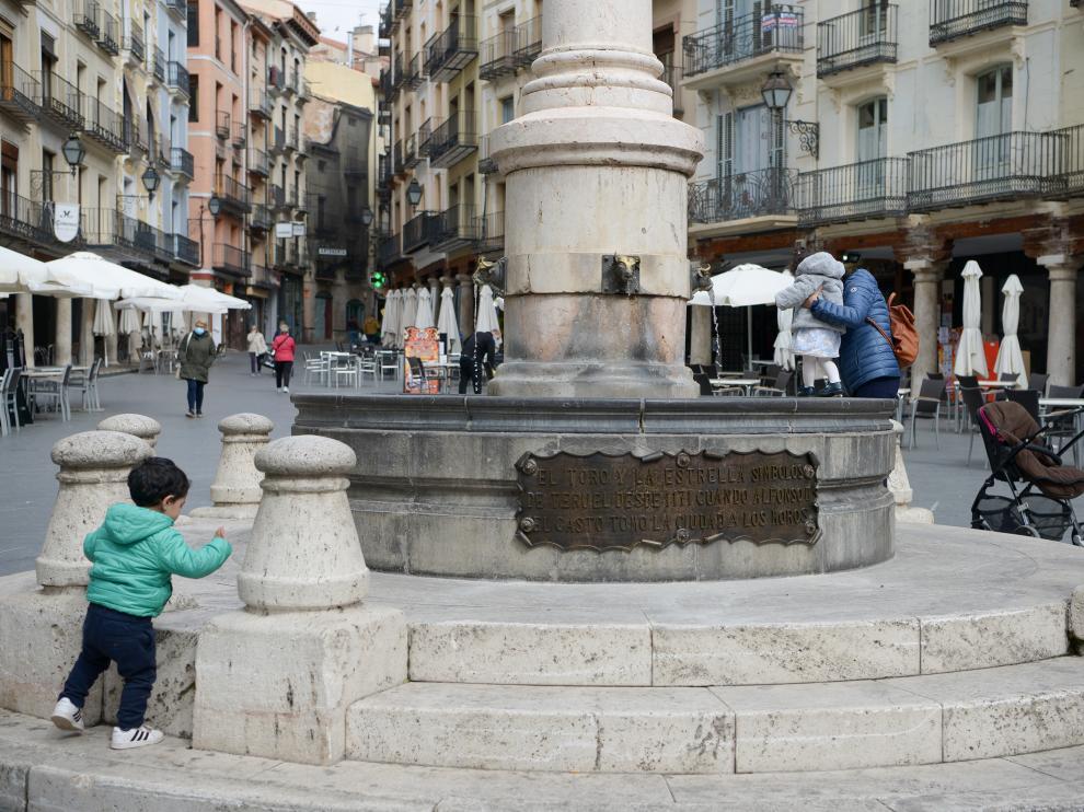 Placa en la fuente de la Plaza del Torico restaurada /2021-03-01/ Foto: Jorge Escudero[[[FOTOGRAFOS]]]