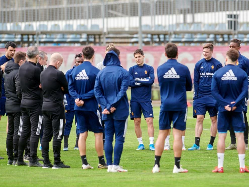 Charla de Jim con la plantilla en el inicio del primer entrenamiento de esta semana, tras el regreso de Oviedo con el Real Zaragoza derrotado.