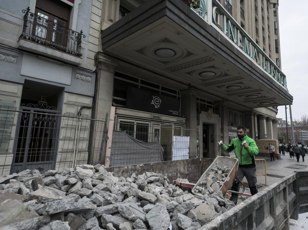 Un contenedor de escombros, en la puerta del antiguo restaurante del Elíseos en Zaragoza
