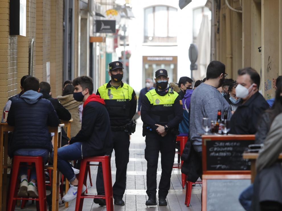 La Policía controla los aforos en las calles del Tubo tras las aglomeraciones de la noche del viernes.