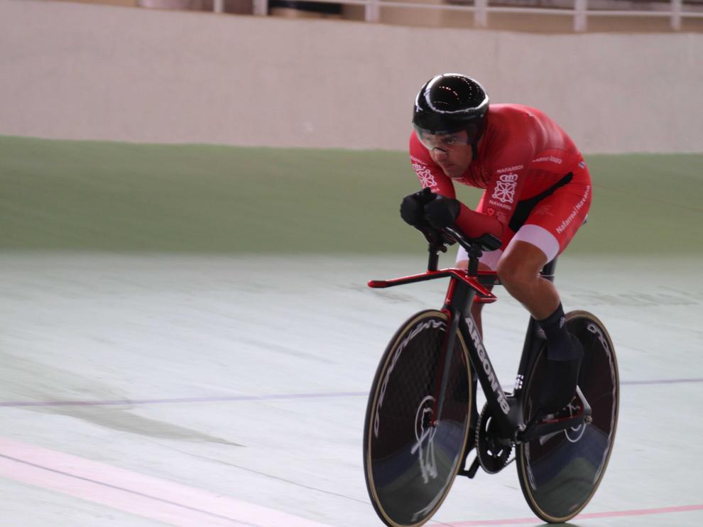 El ciclista paralímpico aragonés Eduardo Santas, en acción en el Campeonato de España adaptado en pista de Galapagar