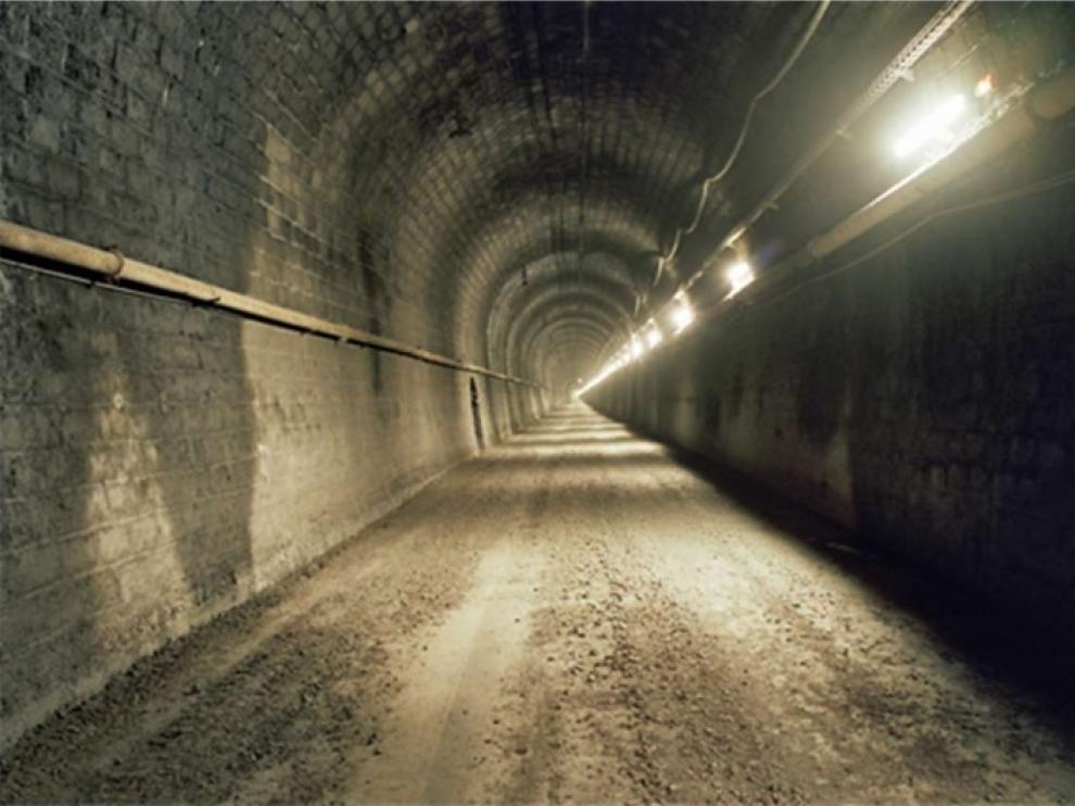 La vía del túnel ferroviario del Somport está cubierta de zahorra para el paso de vehículos de mantenimiento y emergencia.