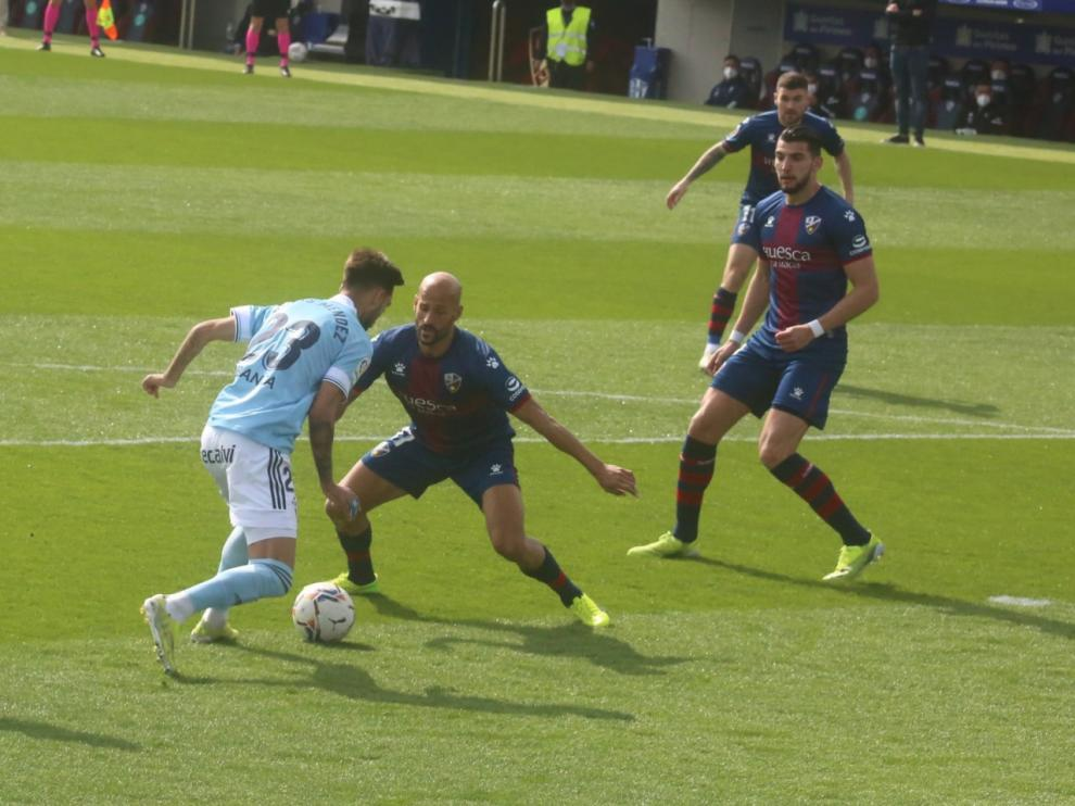 Mikel Rico realiza un marcaje durante el partido del domingo ante el Celta.