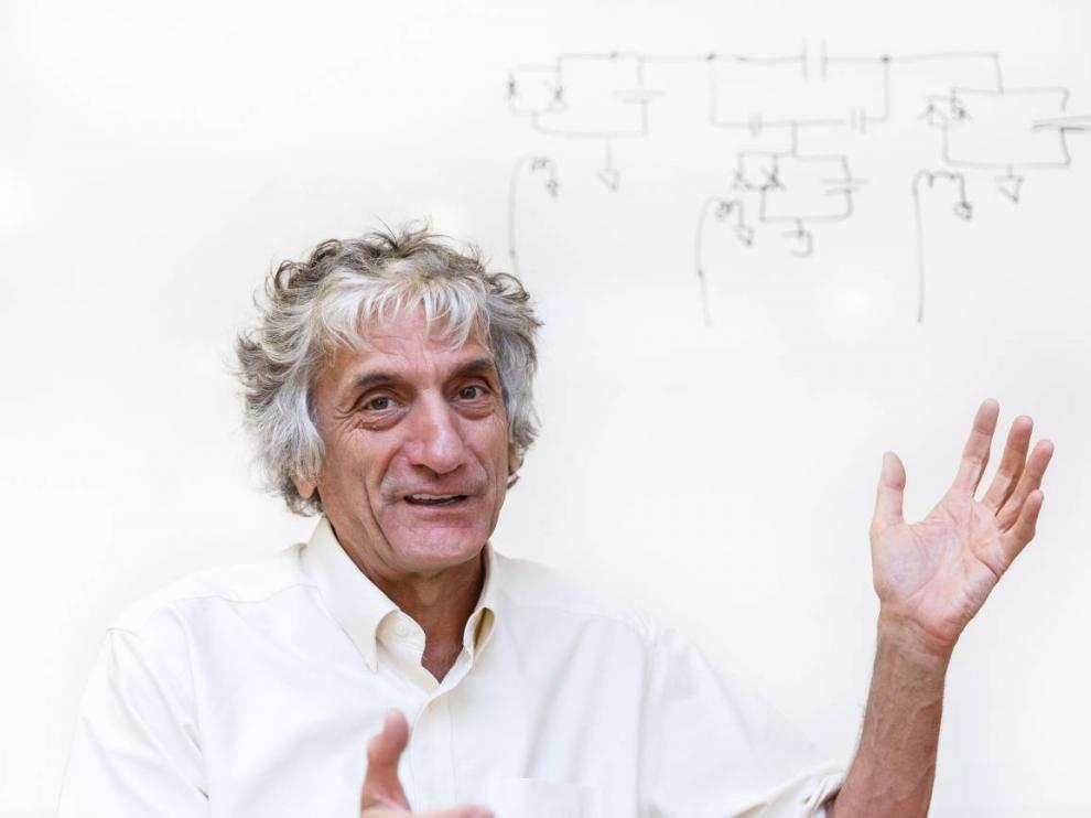 John Martinis, ante un esquema de circuitos dibujado por él mismo.