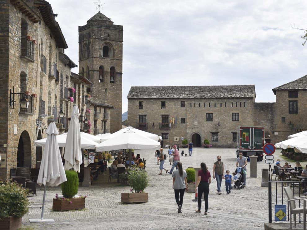 Foto de archivo de turistas en la plaza Mayor de Aínsa.