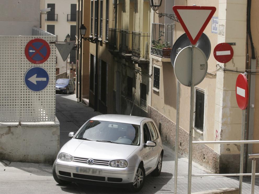 Acumulación de señales en una calle de Huesca