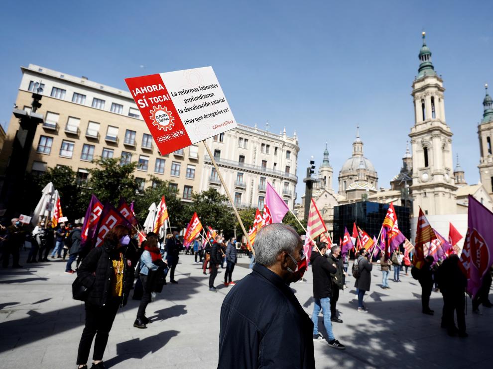 UGT y CC. OO. han vuelto a protagonizar hoy una concentración de 150 delegados sindicales ante la Delegación del Gobierno en Aragón para exigir la subida del salario mínimo y la derogación de la reforma laboral y de las pensiones