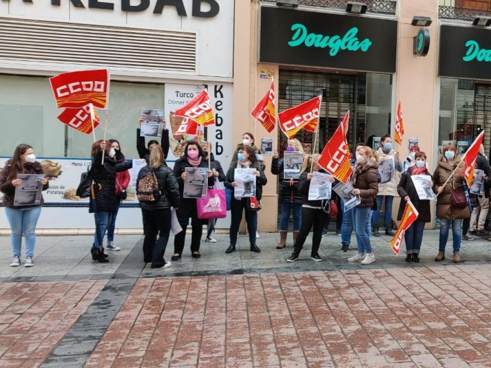 Trabajadoras en huelga hoy ante la tienda de Douglas en la calle Alfonso de Zaragoza. El paro y la protesta ha sido generalizado en toda España.