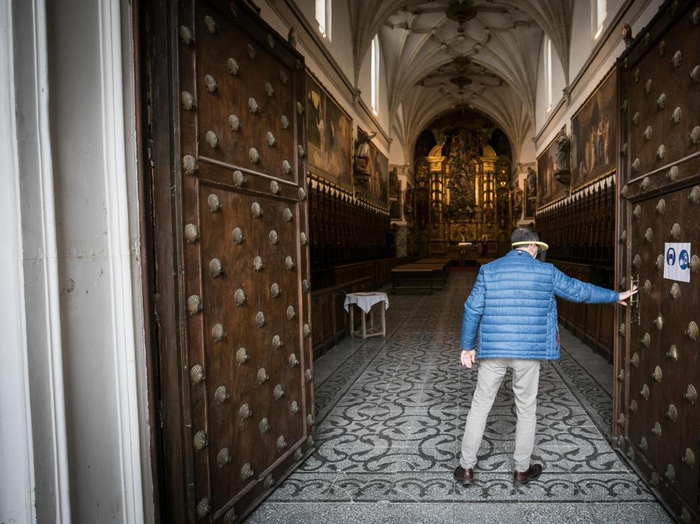 Mario Sebastián, de Chemin Neuf, abre las puertas de la iglesia de Aula Dei, donde están las pinturas de Goya