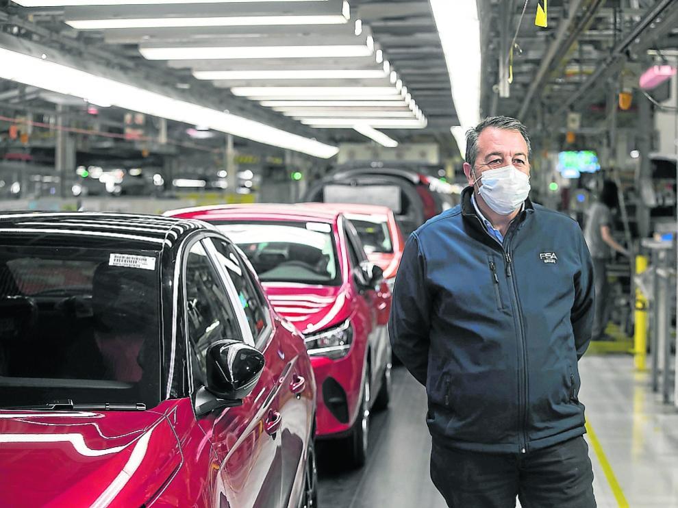 Juan Antonio Muñoz Codina, ayer en la línea de montaje de la factoría de Figueruelas.
