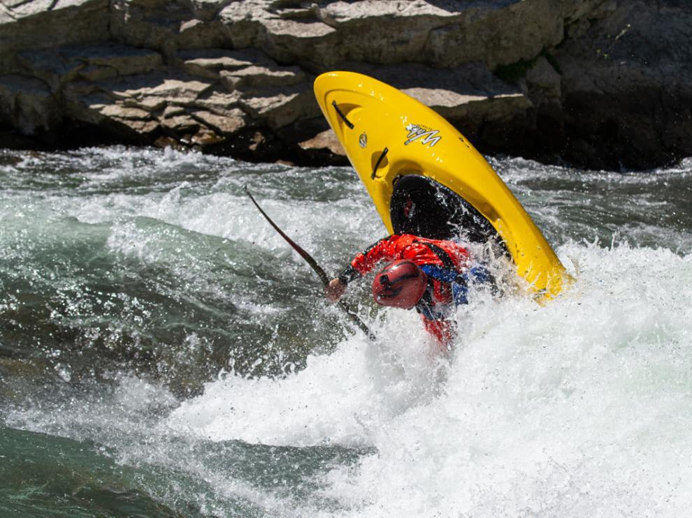 La empresa UR Pirineos ofrece cursos de formación de distintas modalidades deportivas de aguas bravas.