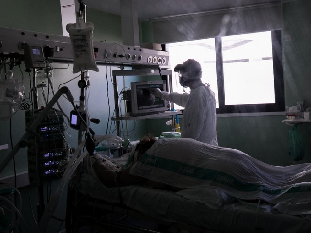 UCI DEL HOSPITAL CLINICO UNIVERSITARIO ' LOZANO BLESA ' ( ZARAGOZA ) / COVID 19 / 16/10/2020 / FOTO : OLIVER DUCH [[[FOTOGRAFOS]]][[[HA ARCHIVO]]]