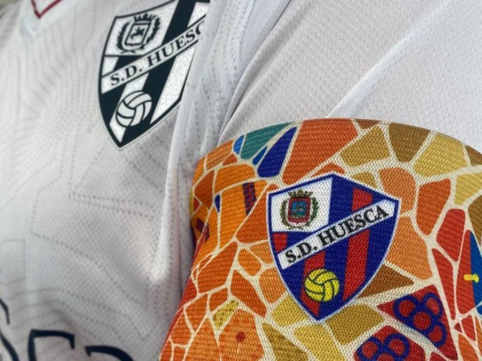 Brazalete que lucirá el capitán de la SD Huesca en la visita al Barcelona.