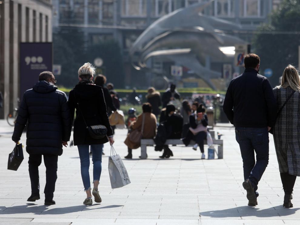 Varios ciudadanos pasean este sábado por la Piazza del Duomo de Milán.